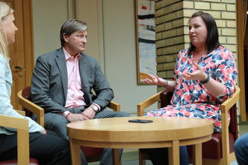 FOs Kathrine Haugland Martinsen i samtale med Christian Tybring-Gjedde (Frp) og FO-medlem Linnea Nasholm.