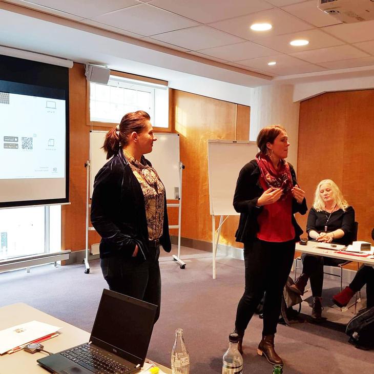 Marit S. Isaken og Kathrine Haugland Martinsen snakker foran tillitsvalgte i NAV Stat Vestland