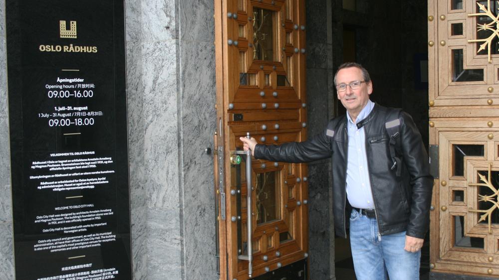 OPPSTART: Her er leder i FO Oslo Tore Kristiansen på vei inn i Oslo rådhus.