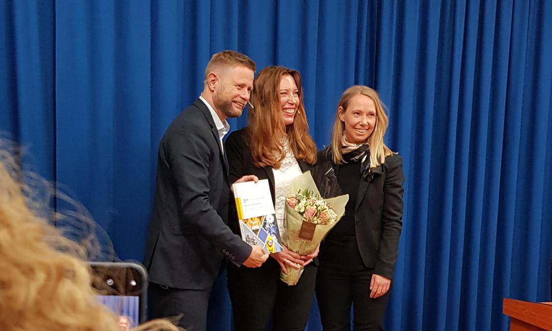 Lederen av Åpenhetsutvalget, professor Benedikte Moltumyr Høgberg (i midten), helseminister Bent Høie og statssekretær Jorunn Hallaråker i Barne- og likestillingsdepartementet.