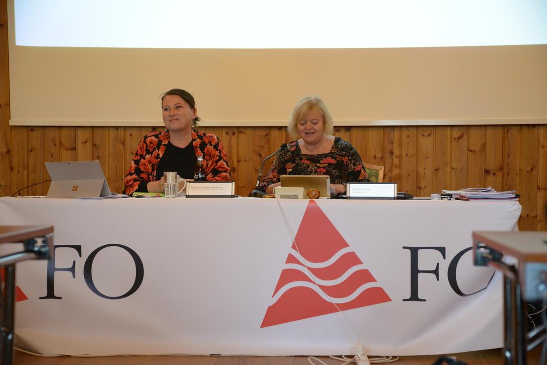FO: Kathrine Haugland Martinsen og Mimmi Kvisvik i FOs forbundsledelse var ordstyrere under Landsstyremøte i mai.