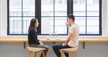 Dialog og samarbeid. To personer snakker sammen. Foto.