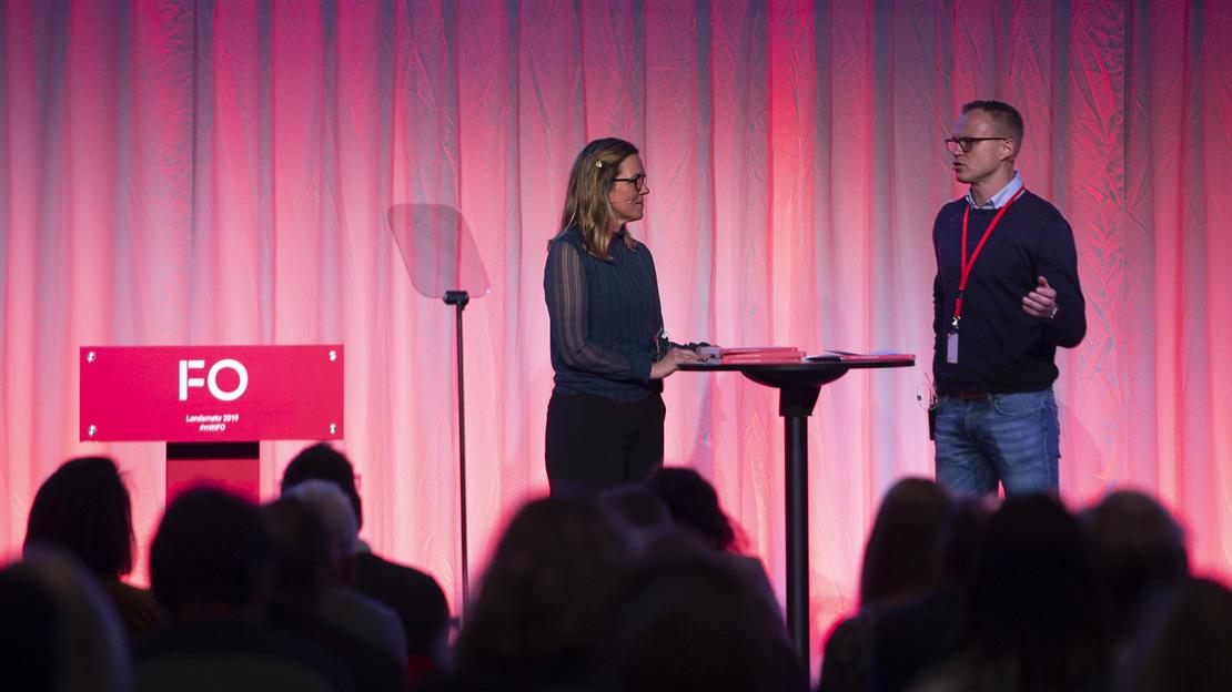 Profesjonsrådsleder for vernepleiere,  Marit Selfors Isaksen i samtale med vernepleier Rolf Magnus Grung