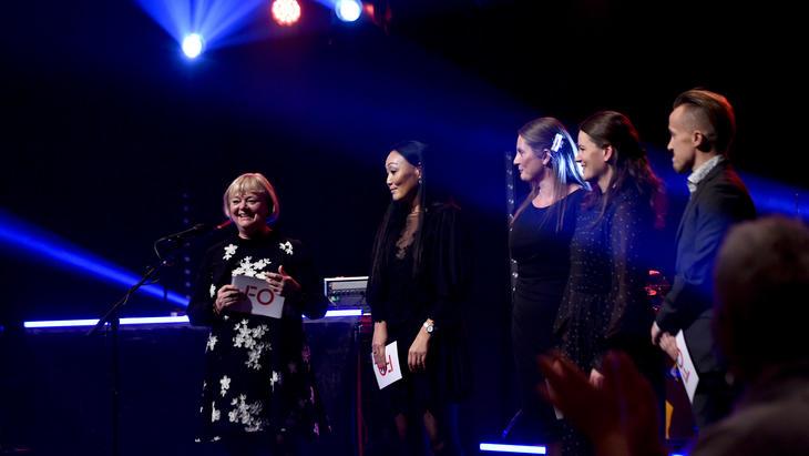 VANT PRIS: Her er er vinnerne av sosialarbeiderprisen 2019 sammen med FO-leder Mimmi Kvisvik.