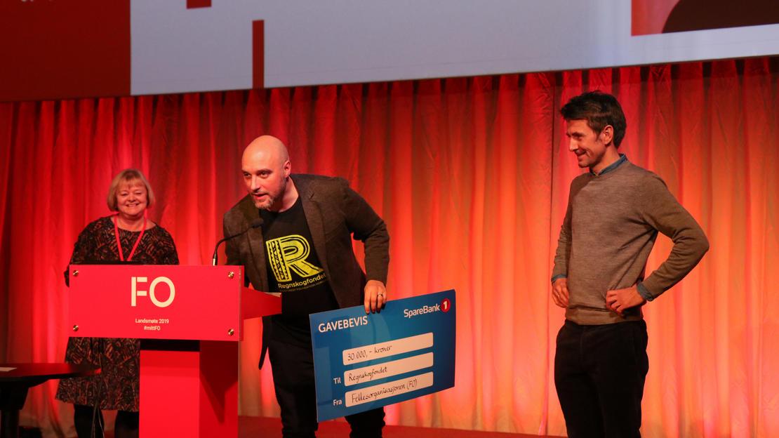 På vegne av FO overleverte Kvisviksjekken tilPer Christopher Prebensen og Anders Bolstad fra Regnskogfondet.