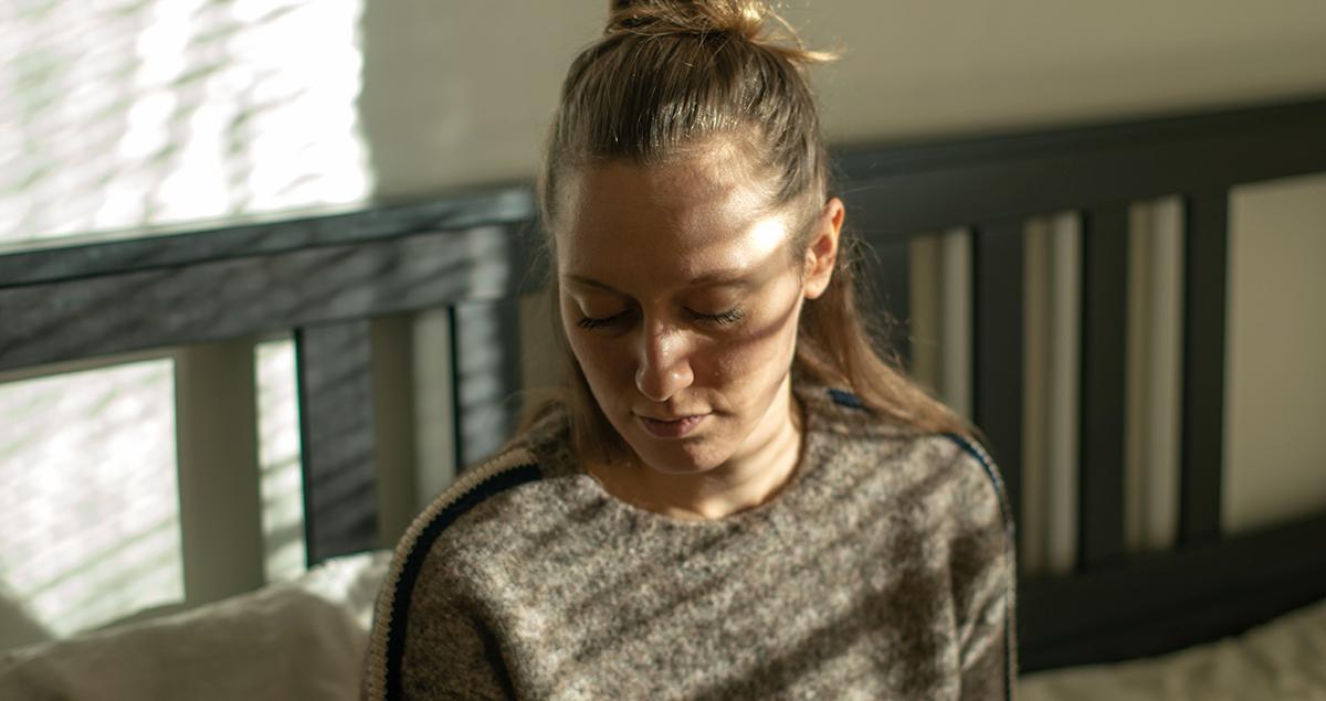 Kvinne ser til siden. Foto til refleksjonsoppgave om yrkesetikk.