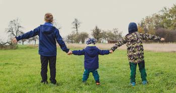 Barn som holder hverandre i hendene