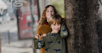 To barn ved et tre. Foto