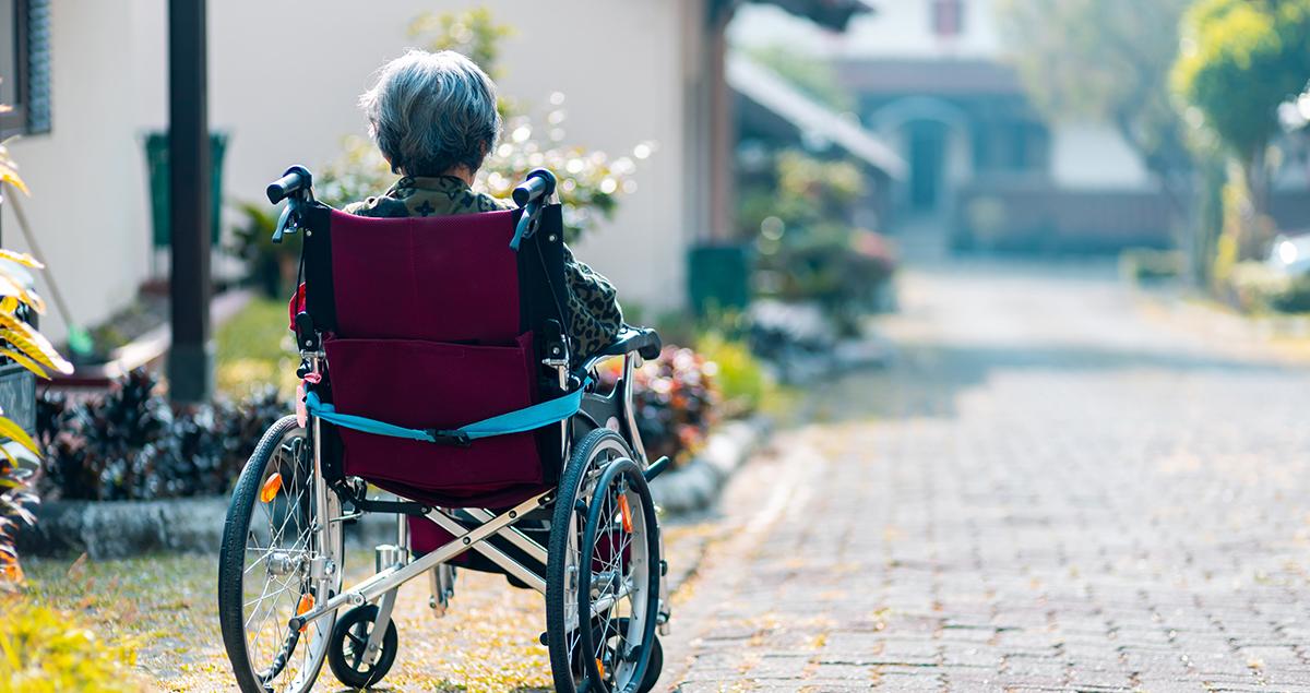 Kvinne i rullestol. Foto.