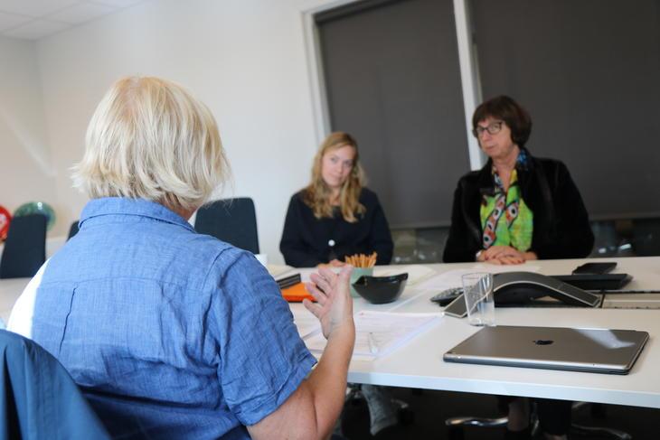 Forbundsleder i FO Mimmi Kvisvik i samtale med kontorsjef Solveig Tesdal og direktør Sigrun Vågeng i NAV.