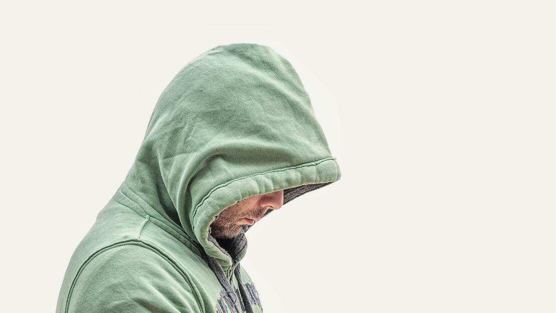 Person med hette som skjuler ansiktet