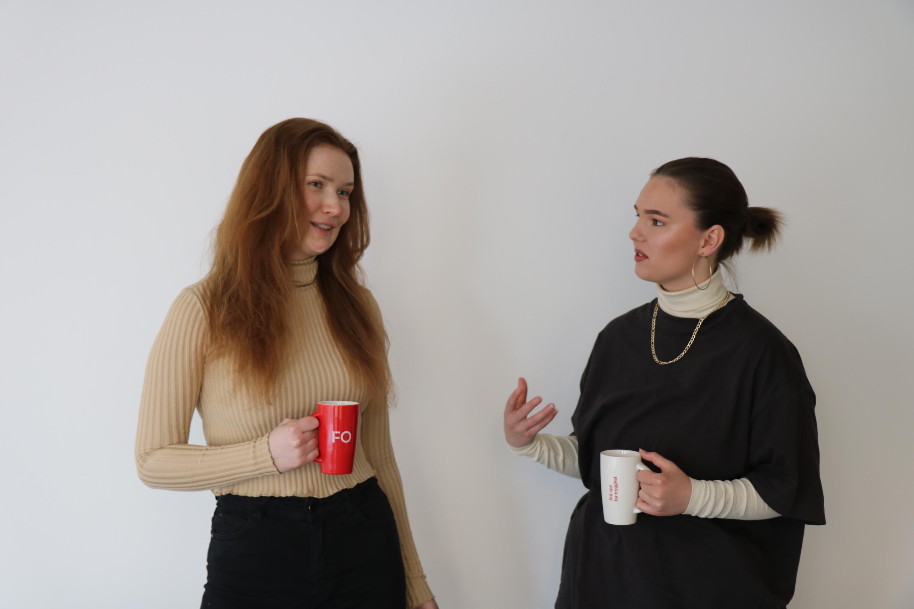 Bilde av to FO-studenter som snakker med hverandre