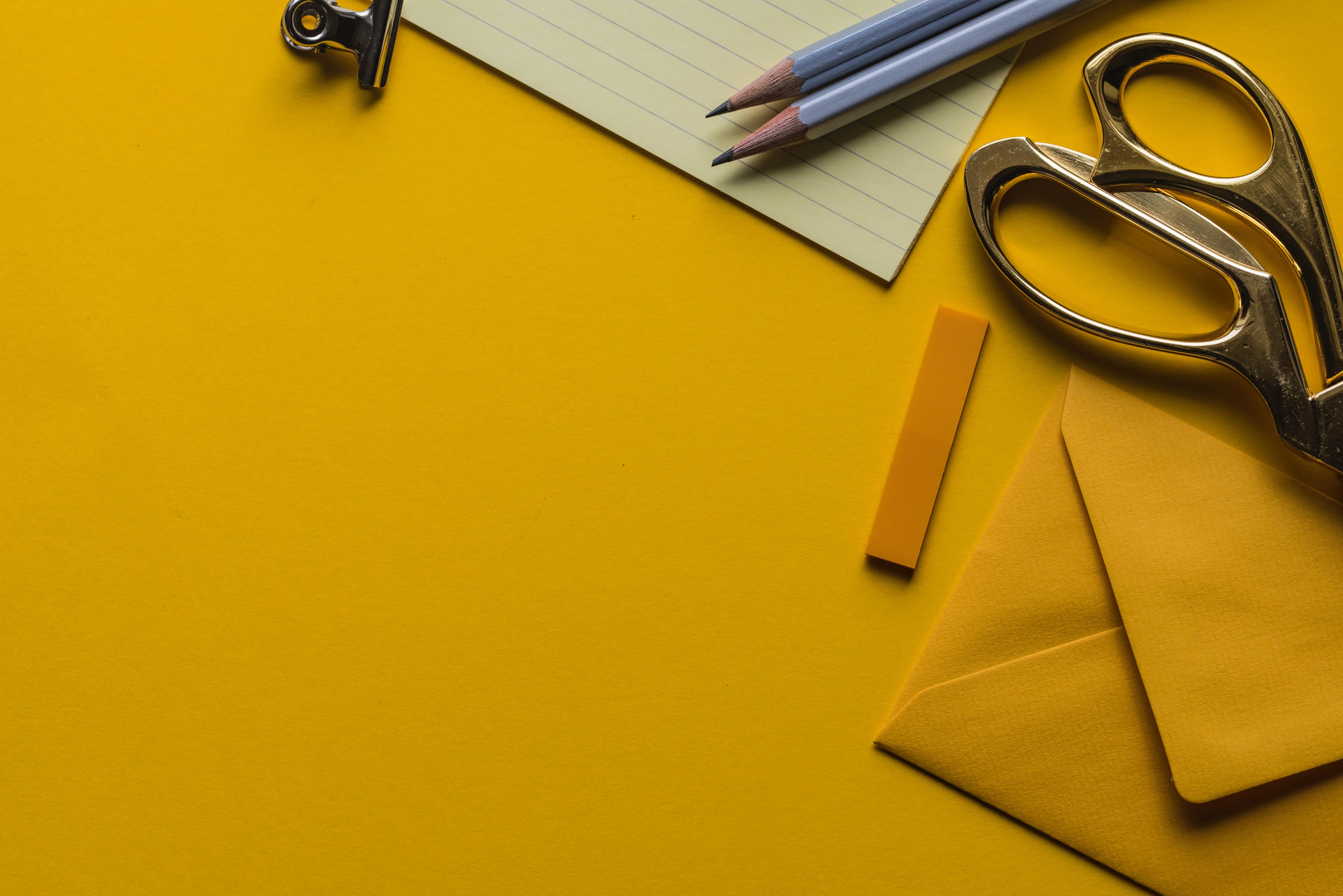 Bilde av en kontorpult med dokument og saks på