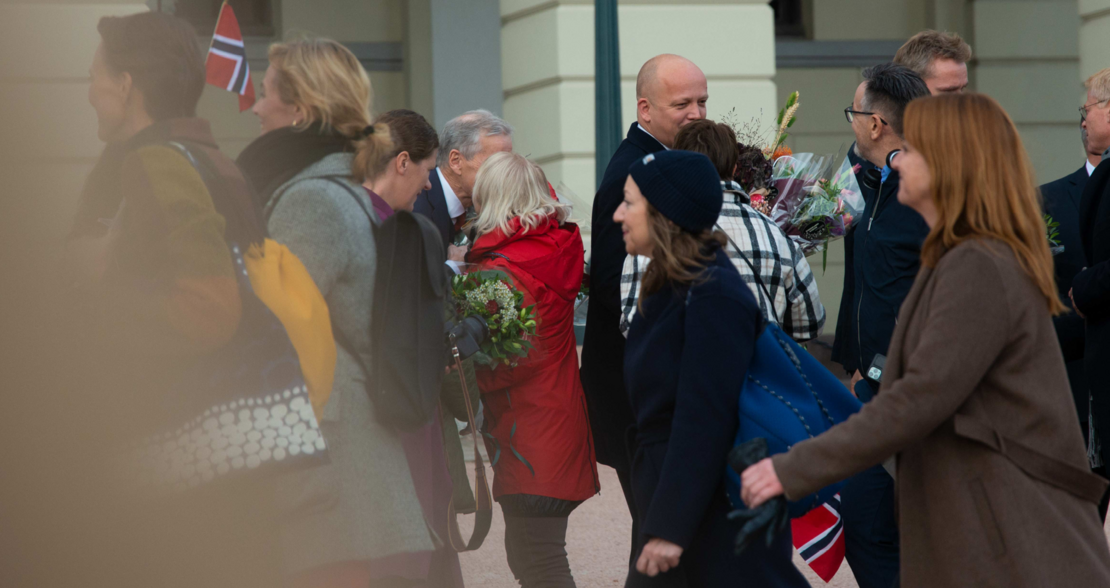 GRATULERTE: FO-leder Mimmi Kvisvik gratulerte vår nye Statsminister Jonas Gahr Støre med en varm klem og blomsterbukett.