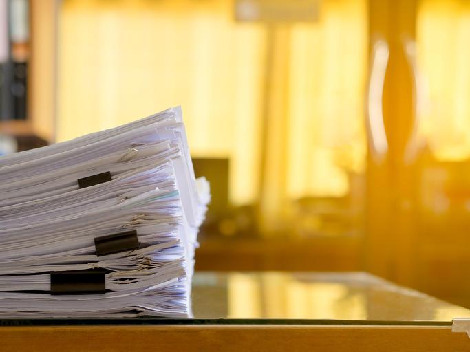 Illustrasjonsfoto: bunke ark på et bord