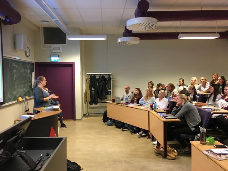 Mari Lilleng, leder av lokallaget ved Høgskolen i Bergen engasjerer vernepleierstudenter i første klasse.