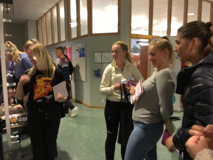 Bente fra fylkesavdelingen i Nord-Trøndelag er klar med lykkehjul på Universitetet Nord avdeling Namsos. Studentene var veldig begeistret