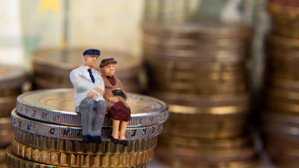 Illustrasjonsfoto: figurer av pensjonister og mynter