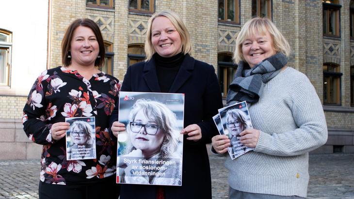 Medlem av undervisnings- og forskningskomiteen Mona Lill Fagerås (i midten) sammen med Kathrine Haugland Martinsen (t.v.) og Mimmi Kvisvik fra FOs forbundsledelse.