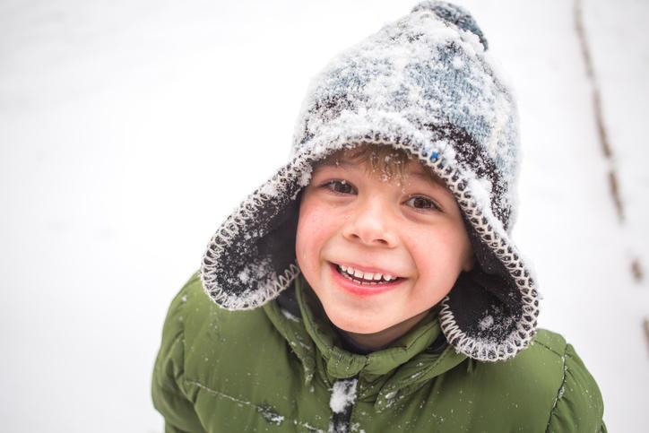 Illustrasjonsfoto: ung gutt i snøvær