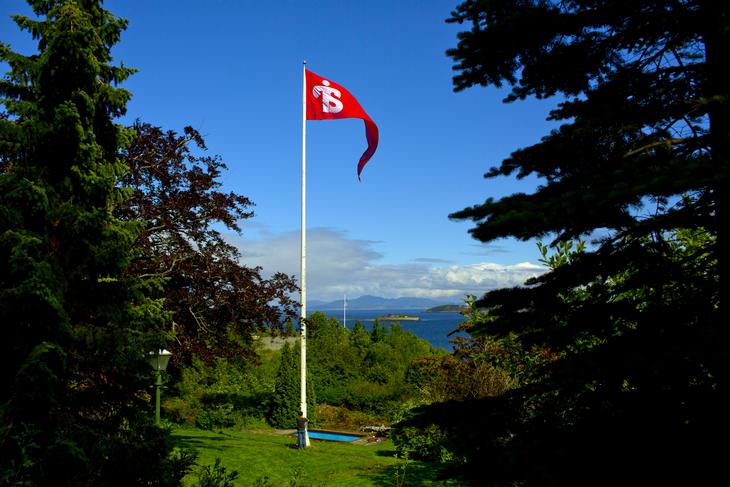 Illustrasjosnfoto: flaggstang med Tyrilistiftelsen vimpel