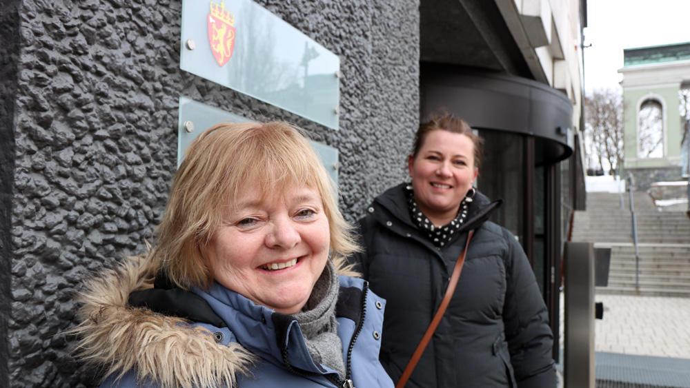 FO-leder Mimmi Kvisvik, og Kathrine Haugland Martinsen fra politisk ledelse i FO på vei inn i departementet for forhandlinger.