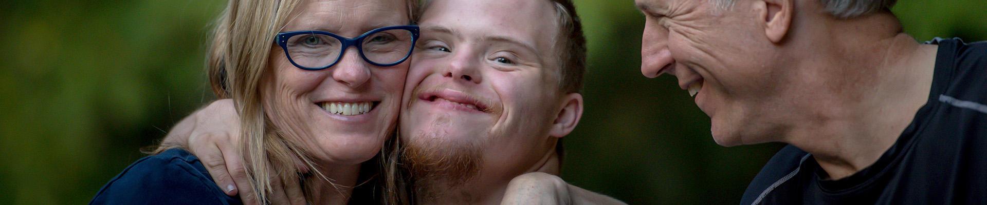 To vernepleiere medlem i FO, fagforening, med gutt med utviklingshemming.
